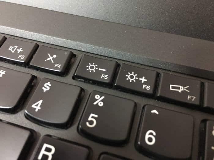 Sesuaikan pencahayaan pada layar laptop