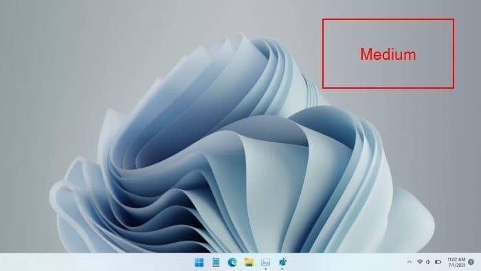 make Windows 11 taskbar medium